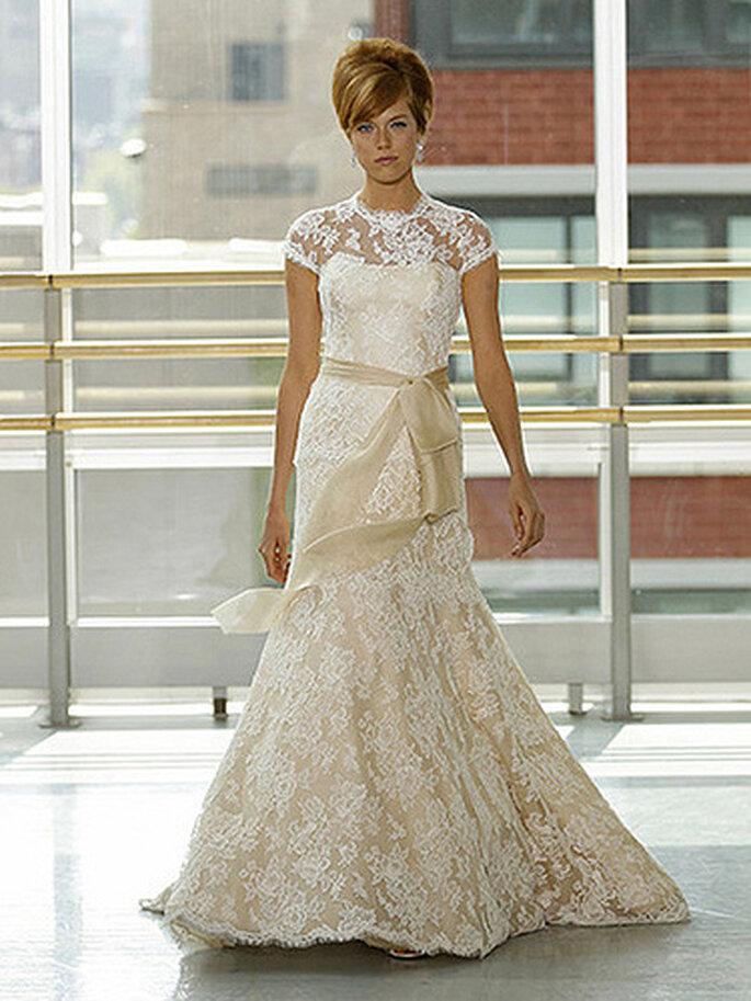 Vestido de novia con encaje en color crema. Foto de Rivini