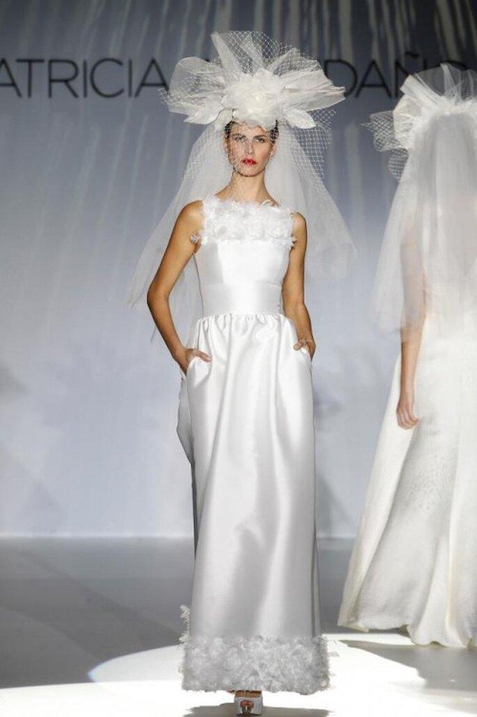 Vestido de novia elegante con detalles de plumas y tocado retro - Foto Patricia Avendaño