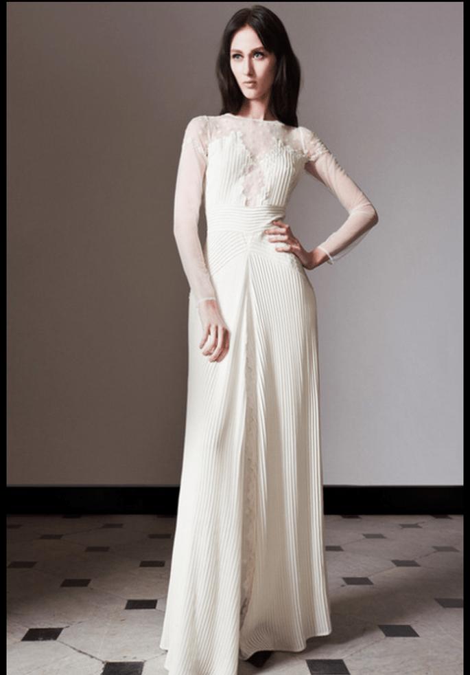 Vestido de novia con transparencias, mangas largas y apliques - Foto Temperley