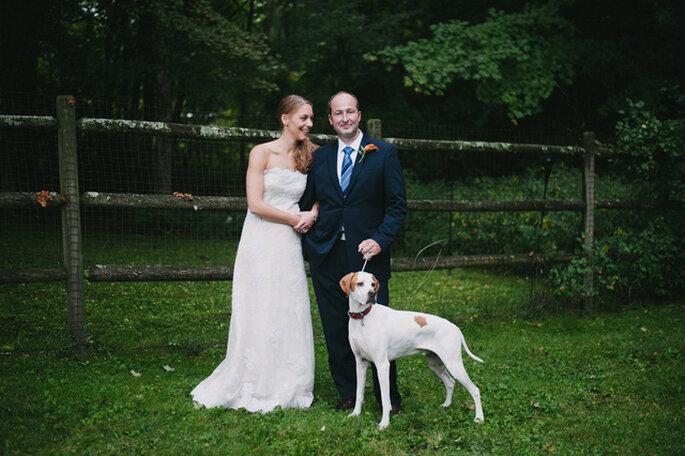 Des mariés entourés de leur meilleur ami... Photo: Alexandra Roberts Wedding Photograph