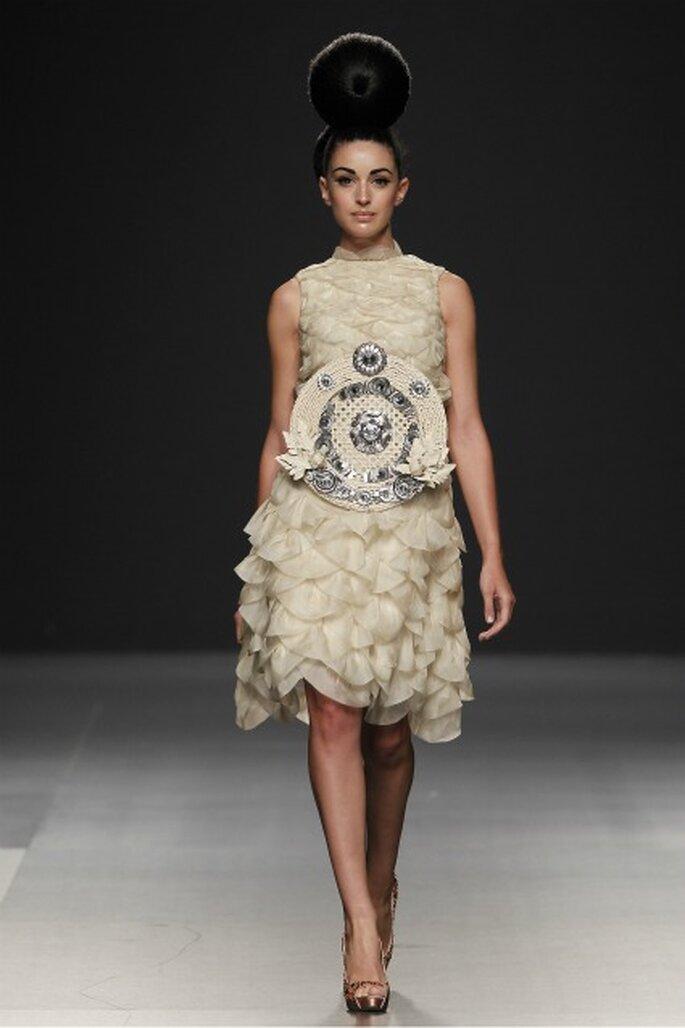 Vestido de novia Jorge Terra 2012 en organza con volantes que simulan pétalos - Ugo Camera Ifema