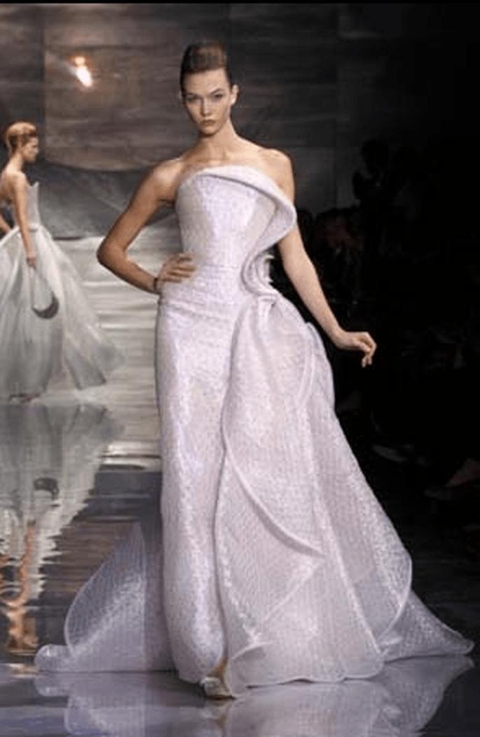 Vestido largo y entallado, con movimiento de tela en el lateral. Armani novias 2011