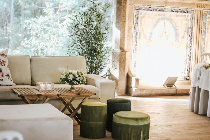 Salon décoré en toute sobriété avec du mobilier épuré et des végétaux.