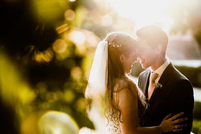 foto de noivos românticos com muita luz