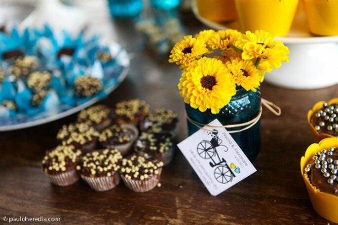 decoracao para casamento em azul e amarelo:Flores e embalagem dos docinhos em azul e amarelo. Foto: Paulo Heredia