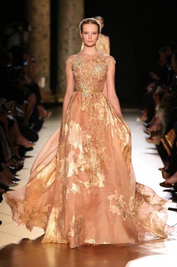 Vestido de gala en tonos salmon y dorado - Foto Elie Saab 2013