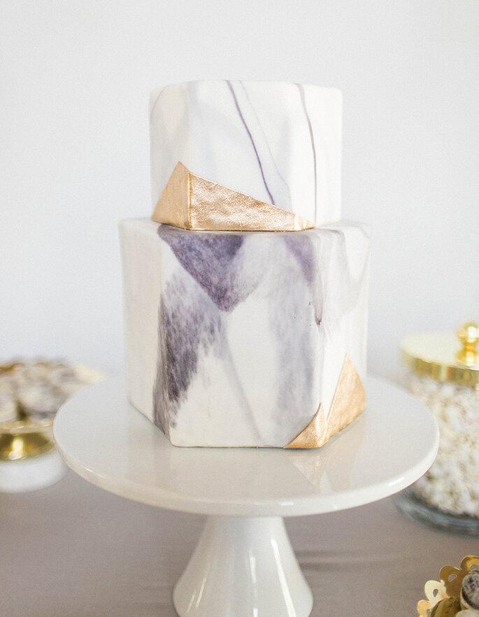 Torta de boda con efecto mármol y efecto metalizado en bloque