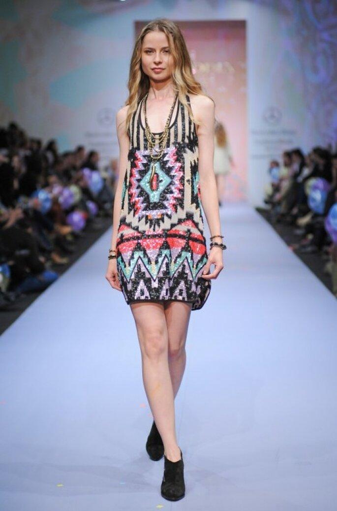 Vestido corto para luna de miel con estampado multicolor - Foto Mercedes Benz Fashion Week México