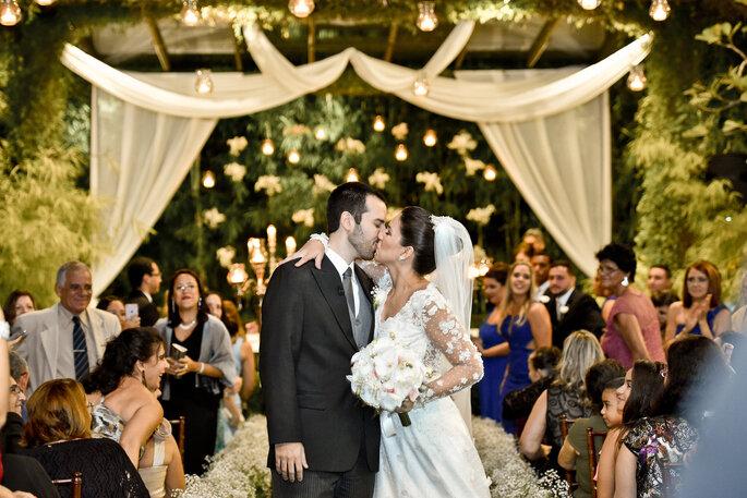 noivos se beijam após casamento