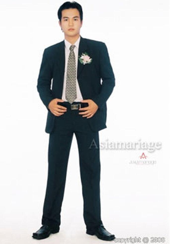 Les hommes sont en général vêtus d'un costume-cravate