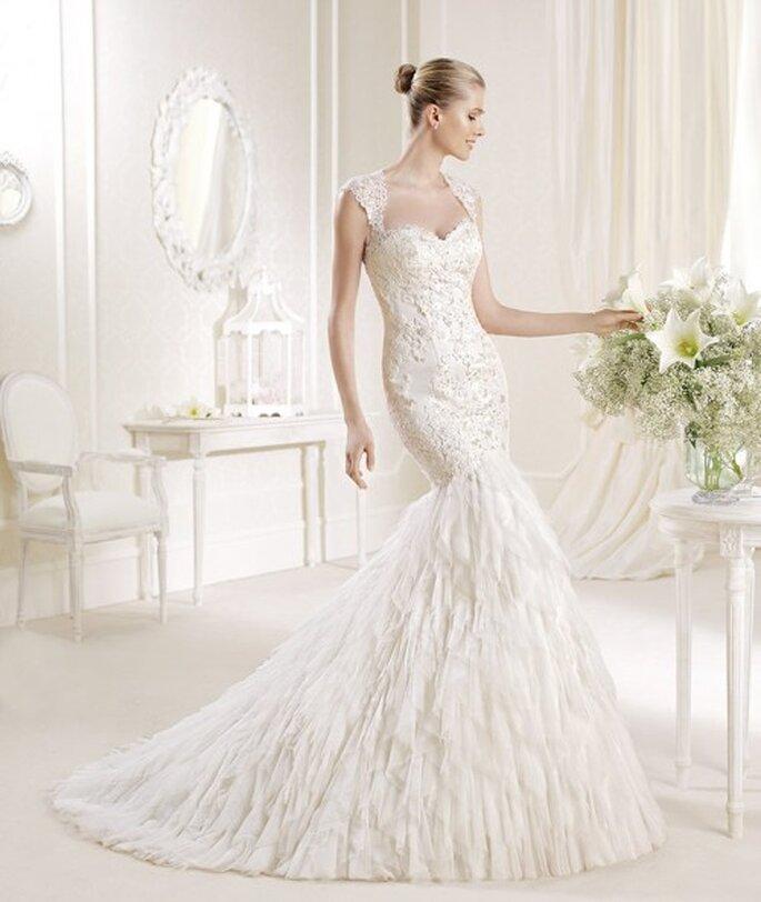 Vestido de novia corte sirena con escote pronunciado y cauda larga - Foto La Sposa