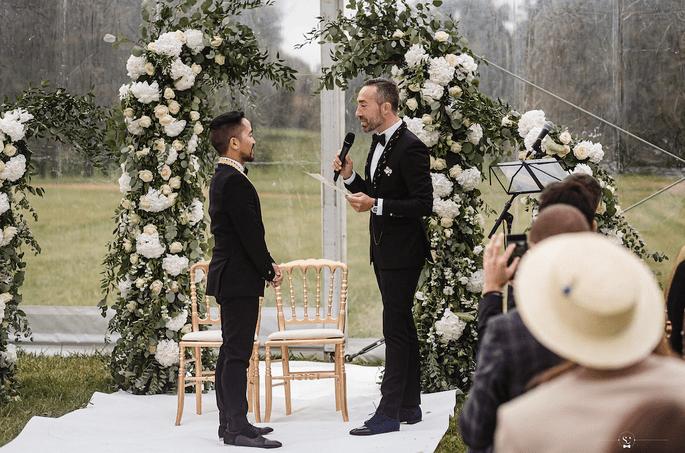 Belle et émouvante cérémonie laïque, dont les mariés et leurs invités ont pu profiter malgré une météo peu clémente