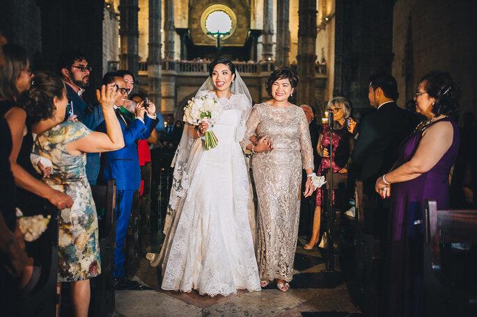 mãe leva filha ao altar entrada noiva com a mãe