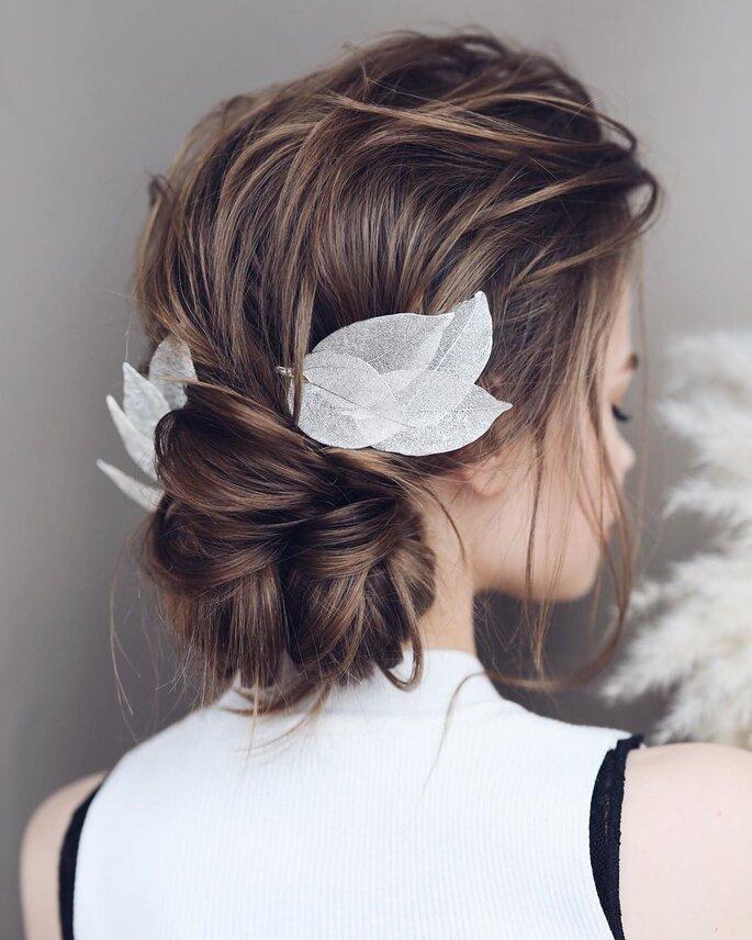 Peinado para dama de honor con recogido y decorado con flores