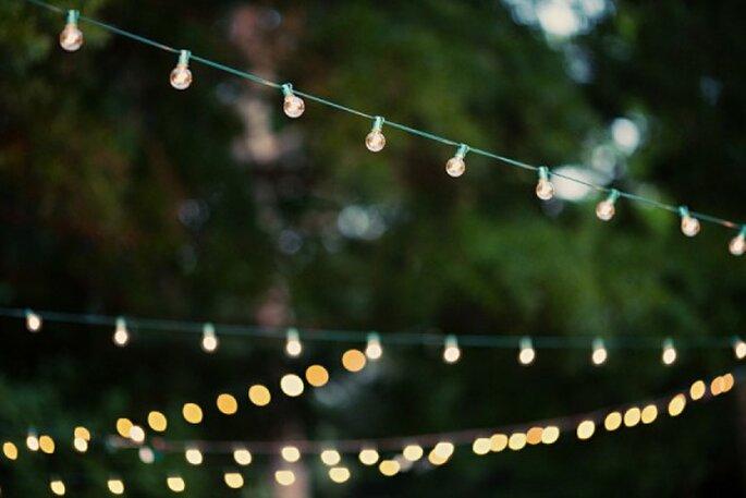 Schlichte Lichterketten für ein gemütliches Ambiente auf Ihrer Hochzeitsfeier - Foto Amy Arrington Photography