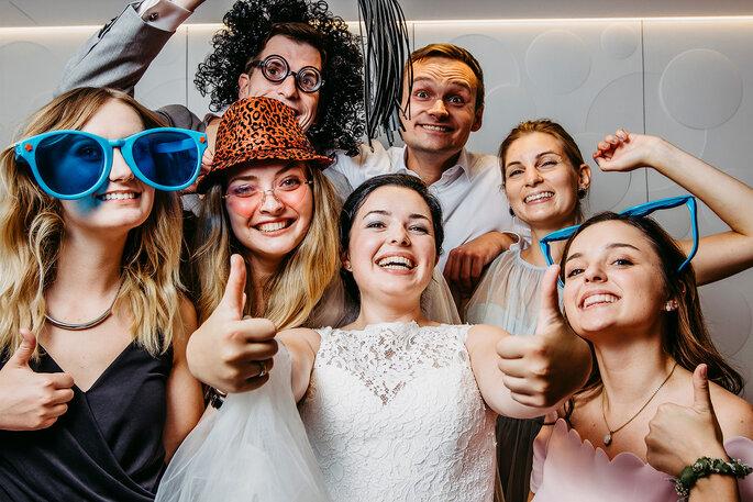 Das Brautpaar und die Gäste in der Fotobox.