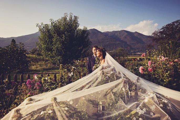 Brautpaarbilder. Brautpaar in der Natur für Hochzeitsfoto