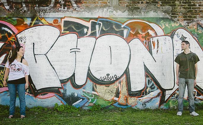Sesión fotográfica pre-bodas en una pared llena de grafitti. Foto de Pedro Lampertti