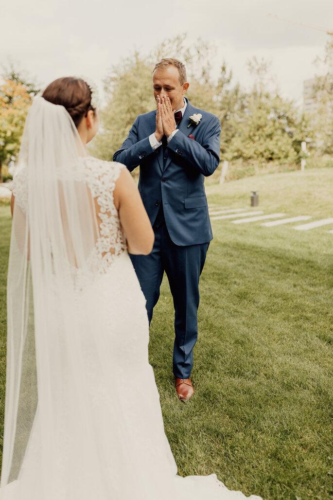 First Look. Reaktion des Bräutigams auf seine Braut