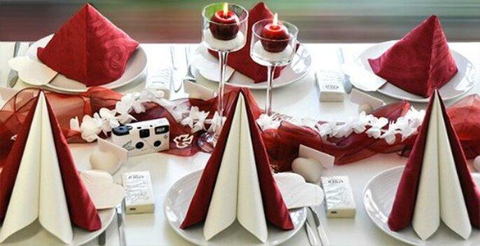 dekorative hochzeitstafel mit kreativer tischdekoration. Black Bedroom Furniture Sets. Home Design Ideas