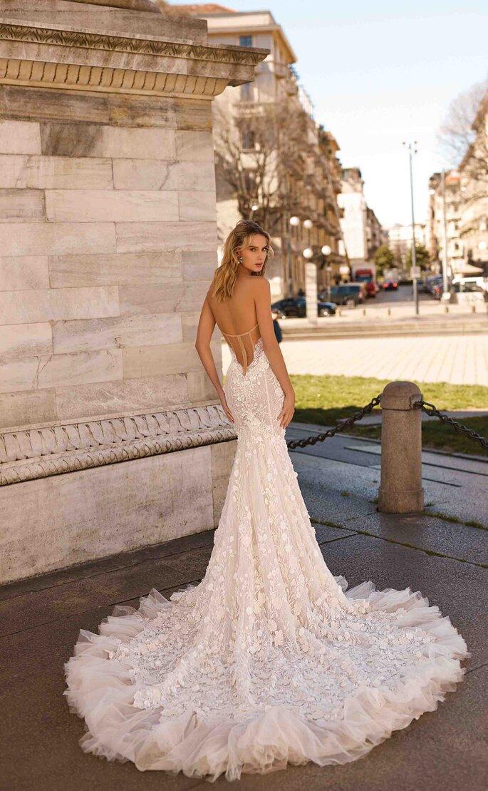 Escote en pico profundo en la espalda de vestido de novia