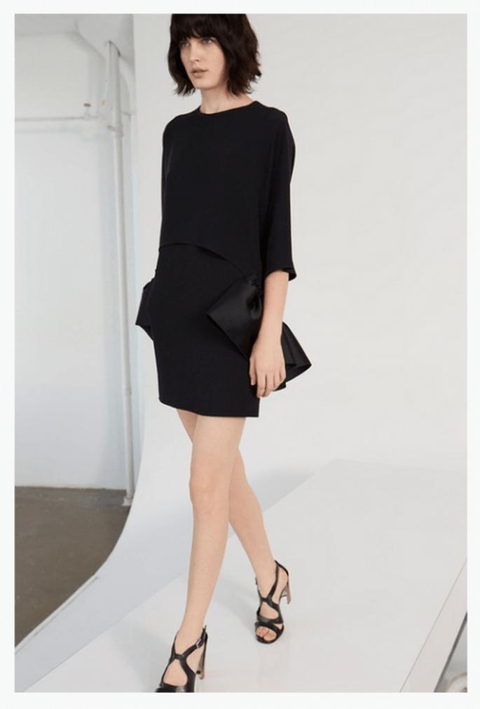 Vestido de fiesta 2014 en color negro con estilo minimalista y detalles en relieve - Foto Stella McCartney