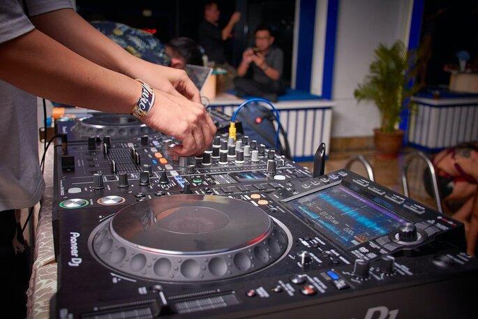 Un DJ de mariage, les mains sur les platines