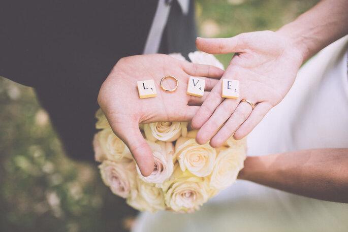 manos de novios anillo