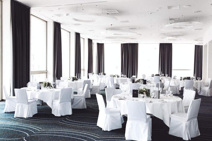 Blick auf Hochzeitstische im Renaissance Zurich Tower Hotel.
