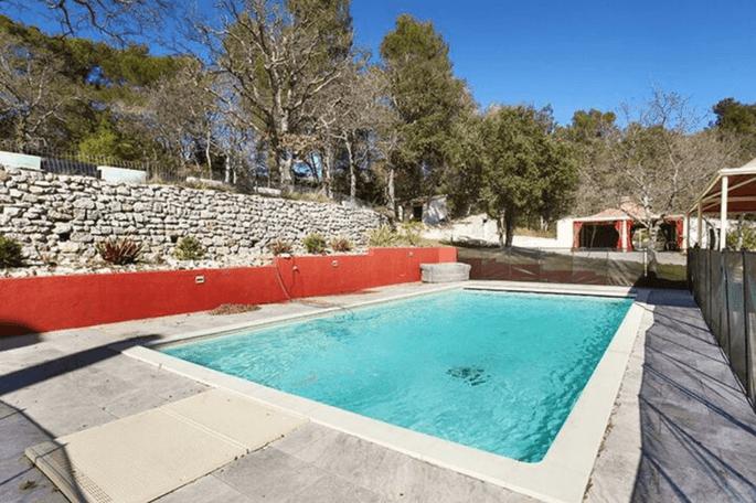 Un lieu de réception de mariage avec une piscine