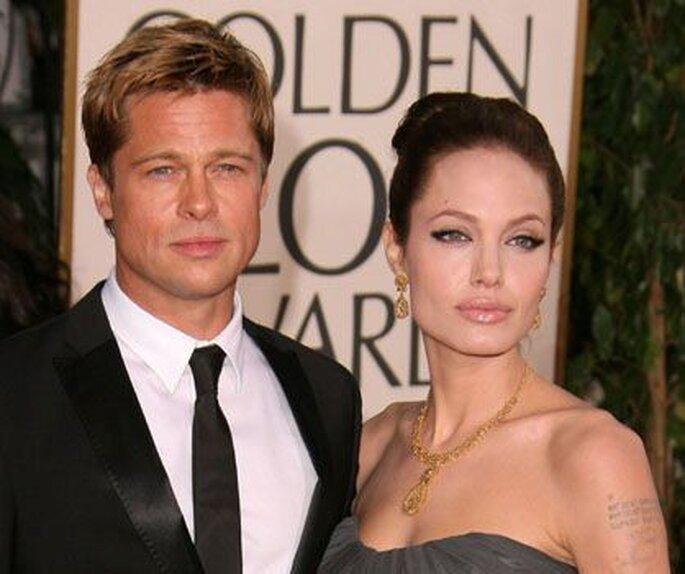 Angelina Jolie con vestuario sencillo adornado por joyas.