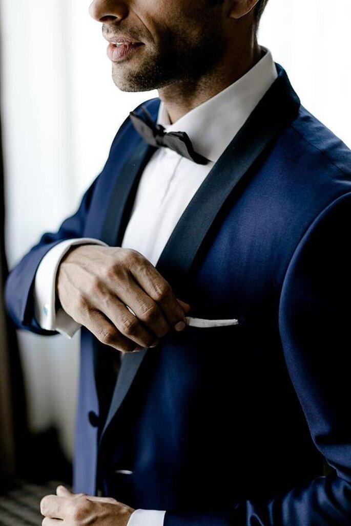 Bräutigam im Smoking dunkelblau mit Fliege