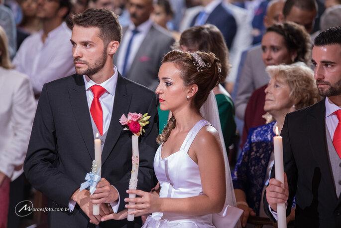 casais aguardam início de casamento coletivo