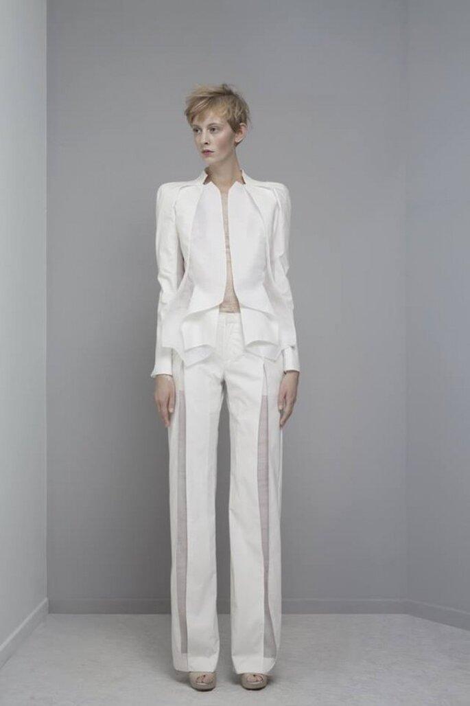 Traje para novia con chaqueta estructurada estilo avant garde - Foto Yiqing Yin