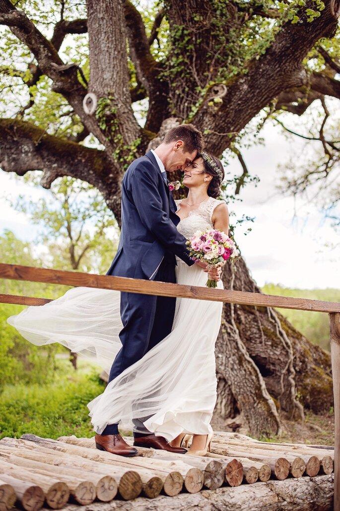 Un mariage organisé en extérieur - un couple de mariés heureux