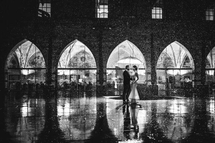Riccardo Bonetti Photography - sposi che ballano sotto la pioggia
