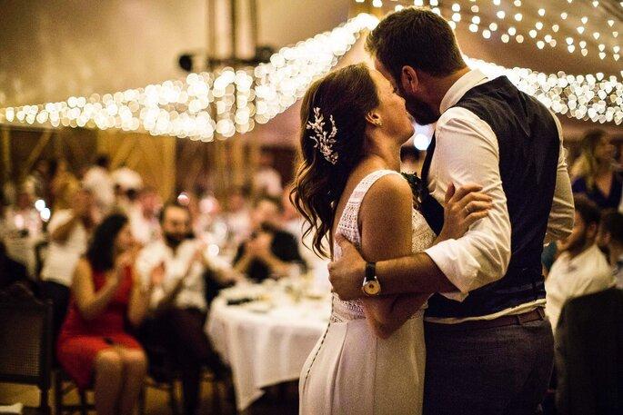 Deux mariés complices lors de leur fête de mariage
