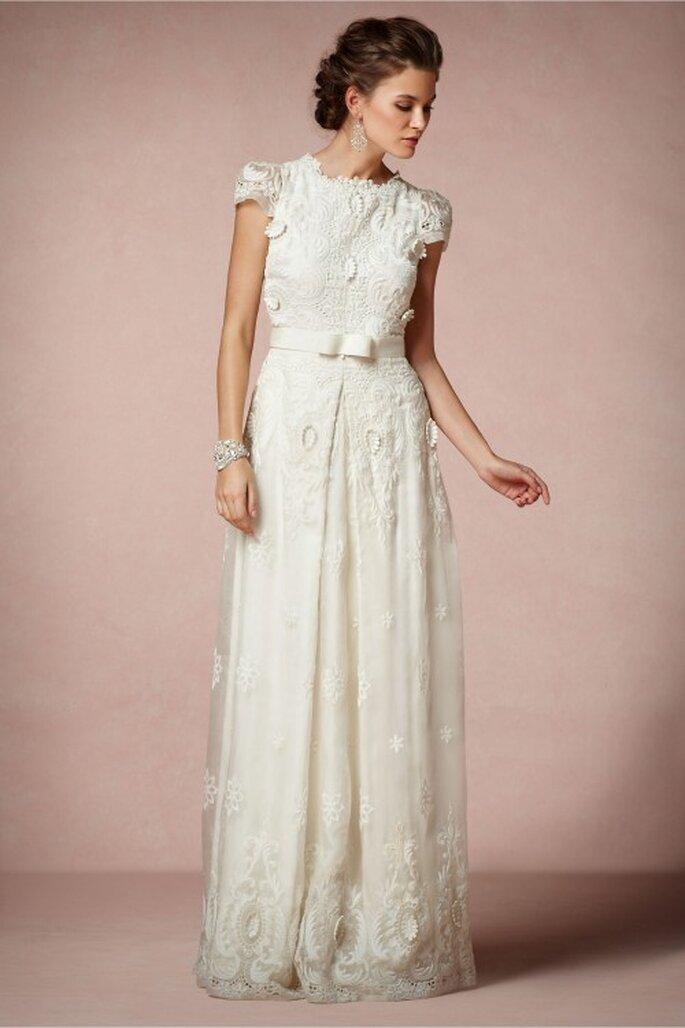 Vestido de novia 2014 en color blanco de corte recto y detalle de lazo al frente - Foto BHLDN