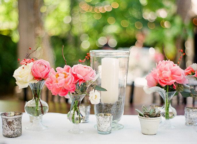 Centros de mesa con flores de colores. Foto: Merry Photography