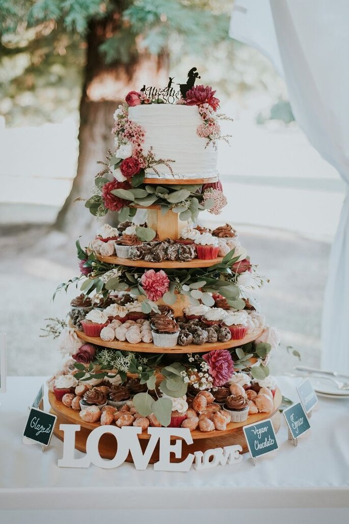 Einstöckige Hochzeitstorte und mehrere Stockwerke mit Sweets