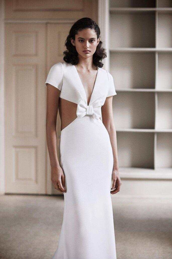 vestido de noiva em tecido jacquard corte sereia com decote em V mangas curtas e aberturas laterais