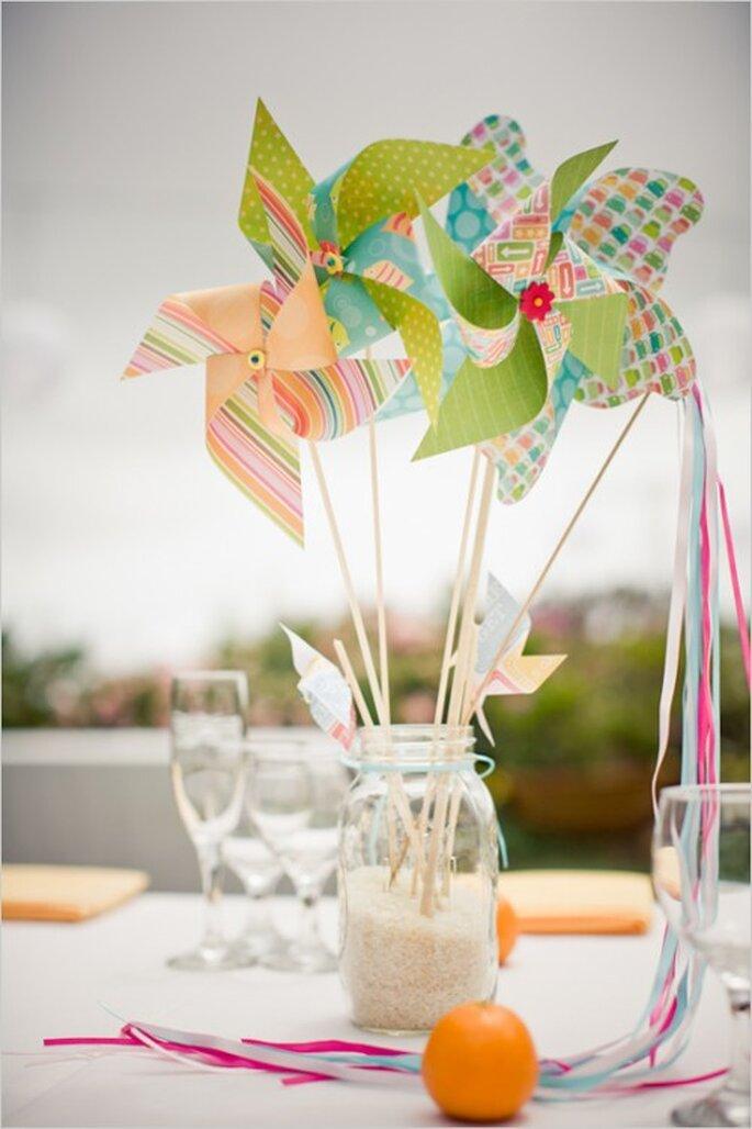 Decoración de boda temática con rehiletes. Foto: Weddingchicks