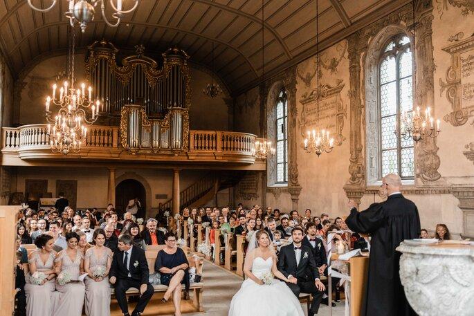 Trauung. Kirche mit Brautpaar und Gästen bei der Trauung