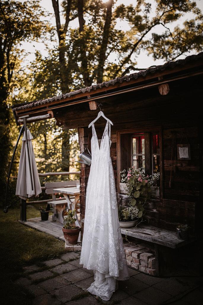 Brautkleid im Garten hängend