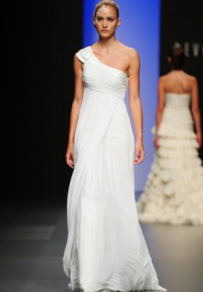 Colección de vestidos de novia de corte imperio Devota & Lomba 2011