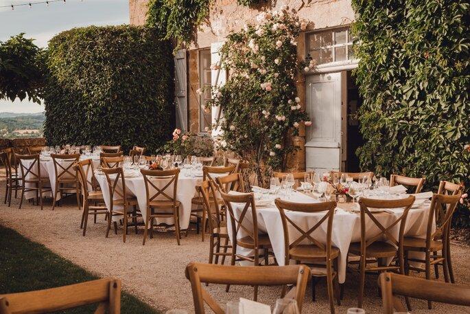 Tables dressées à l'extérieur pour un mariage à l'ambiance champêtre