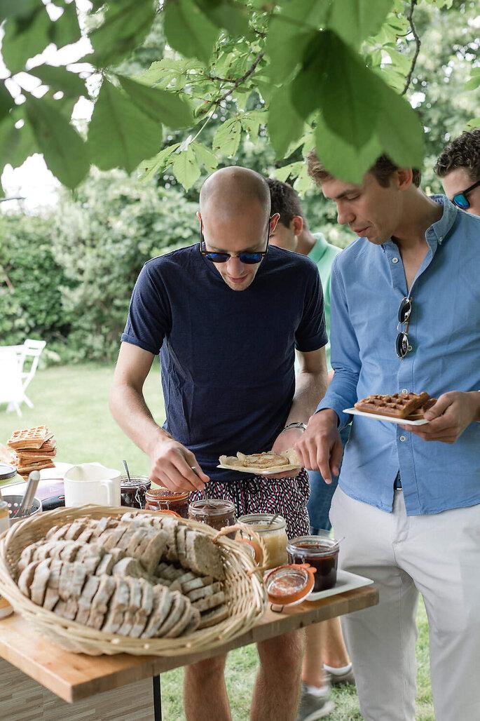 Des invités se servent au buffet du brunch du lendemain de mariage.