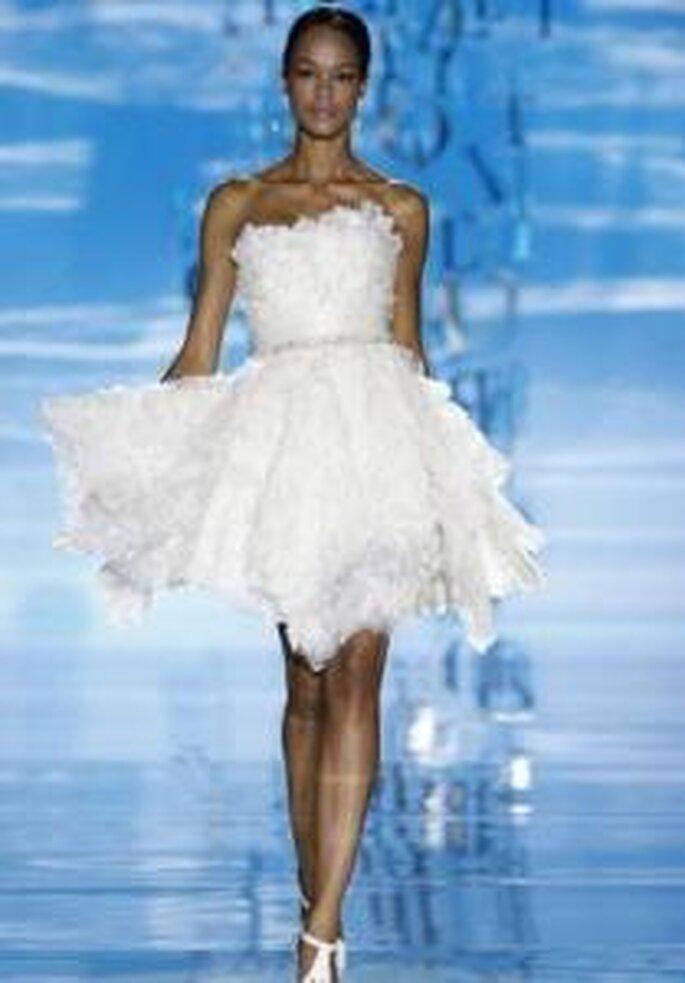 Pepe Botella 2010 - Vestido corto de corte gala, falda amplia, en miakdo voluminoso y rígido, escote strapless