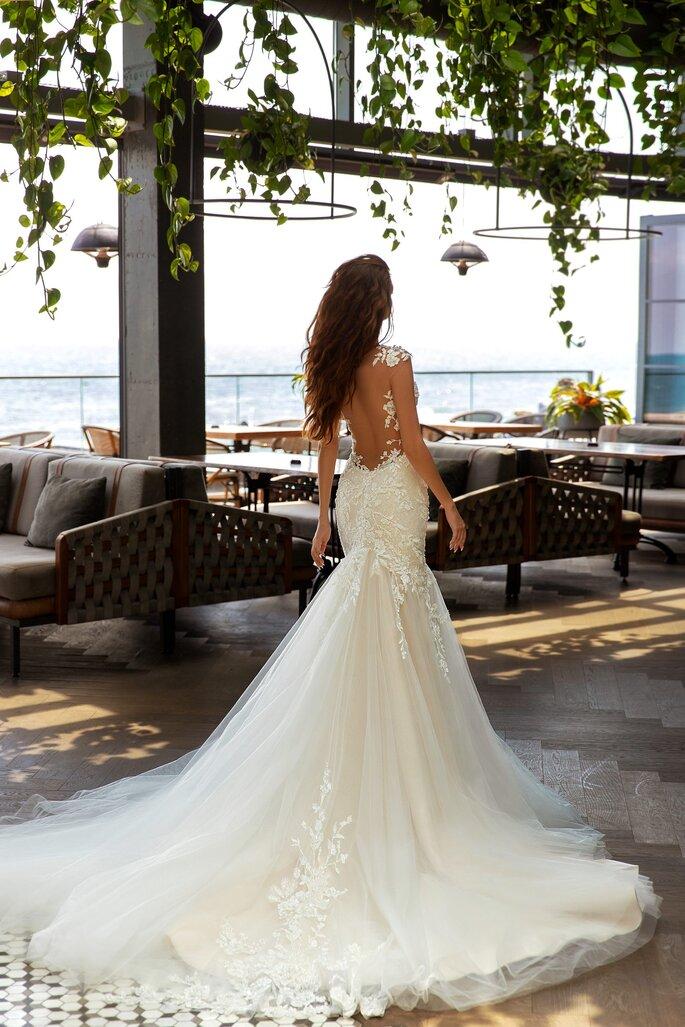 Robe de mariée coupe sirène ornée de perles, au dos-nu plongeant encadré par de la dentelle