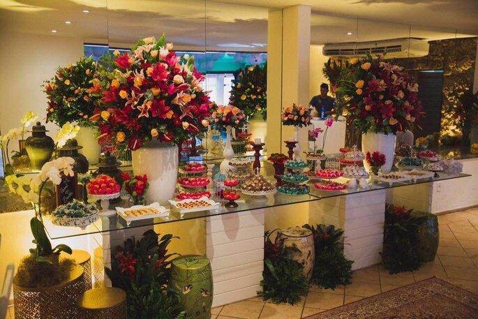 mesa de doces com flores rosa
